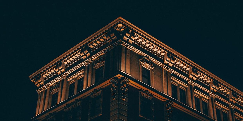 Fassade Haus Ornamanete, indirekt beleuchtet in der Nacht, Fassadenbeschichtung