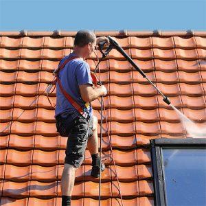 Reinigung des Daches mit Hochdruck durch einen PROFATEC®-Mitarbeiter. Dachreinigung und Dachbeschichtung.